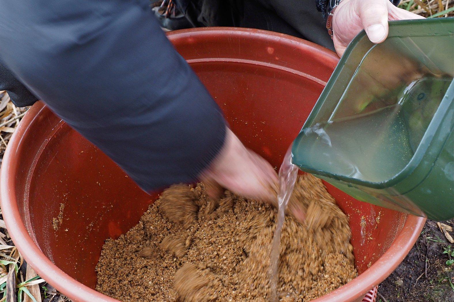 Grundfutter mit Wasser anrühren