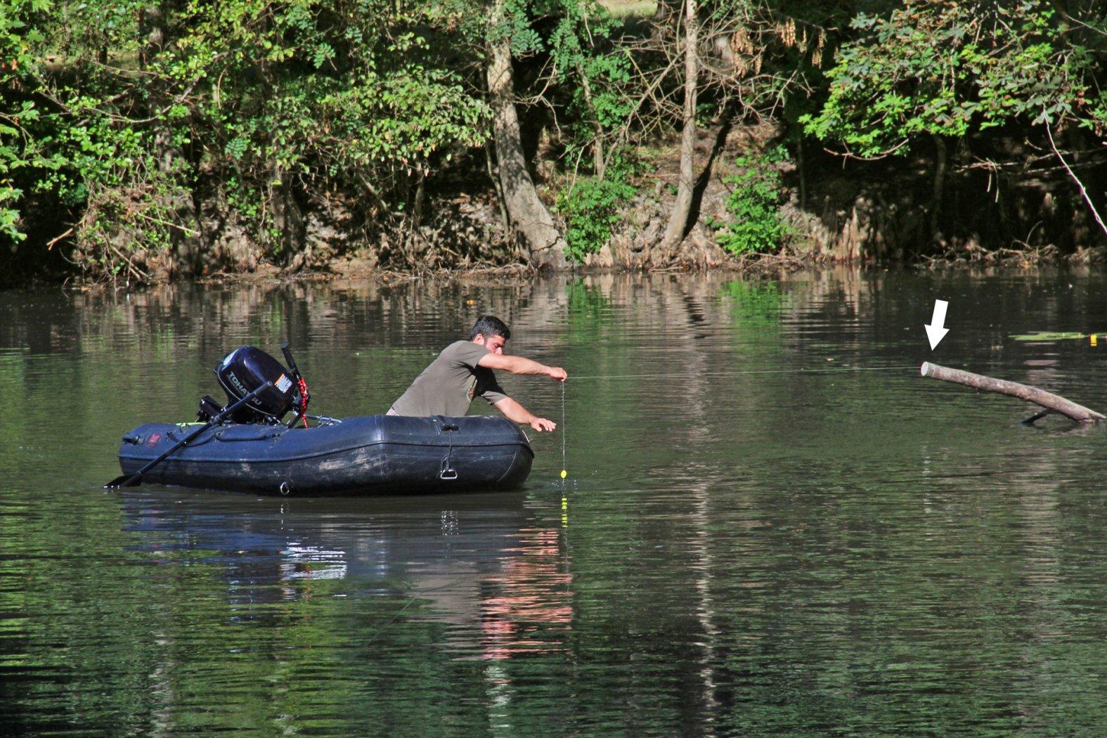 Ausbringen der Welsmontage mit einem Schlauchboot