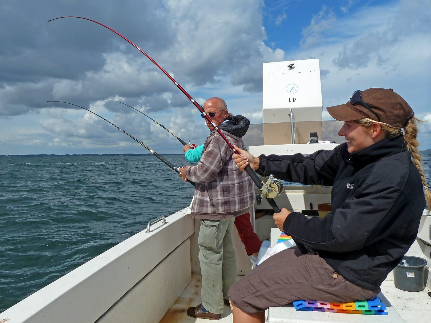 Anglerin drillt Dorsch vor Langeland