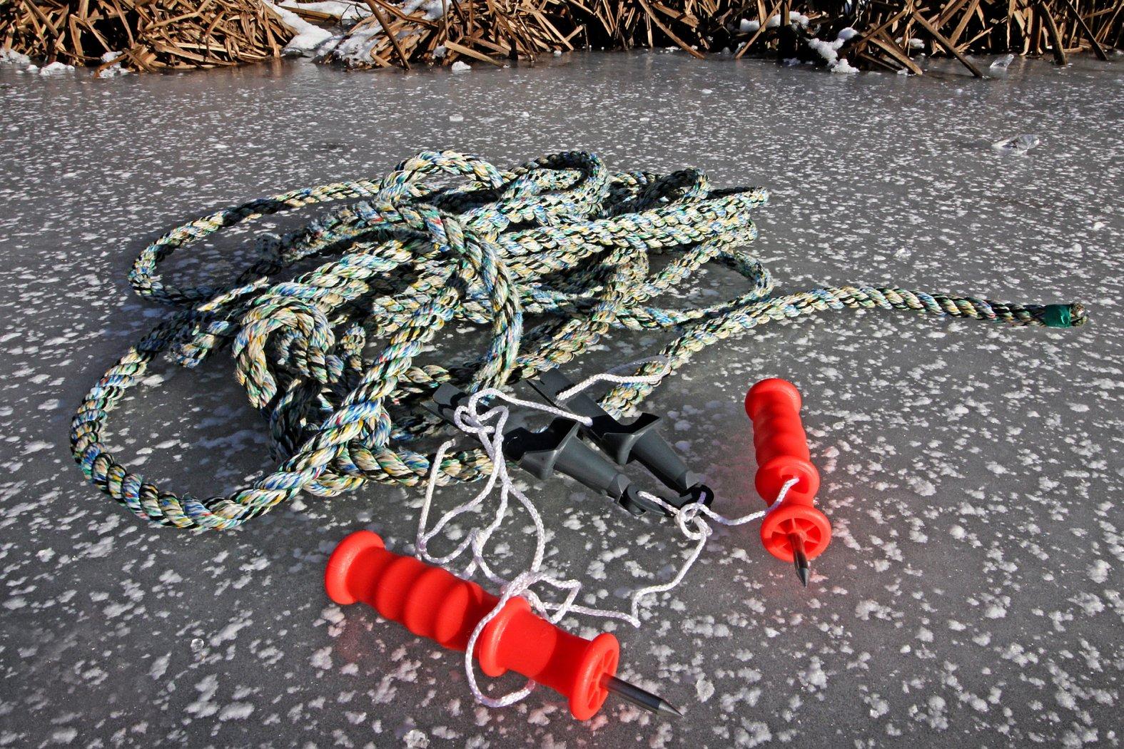 Eispickel und Rettungsseil beim Eisangeln