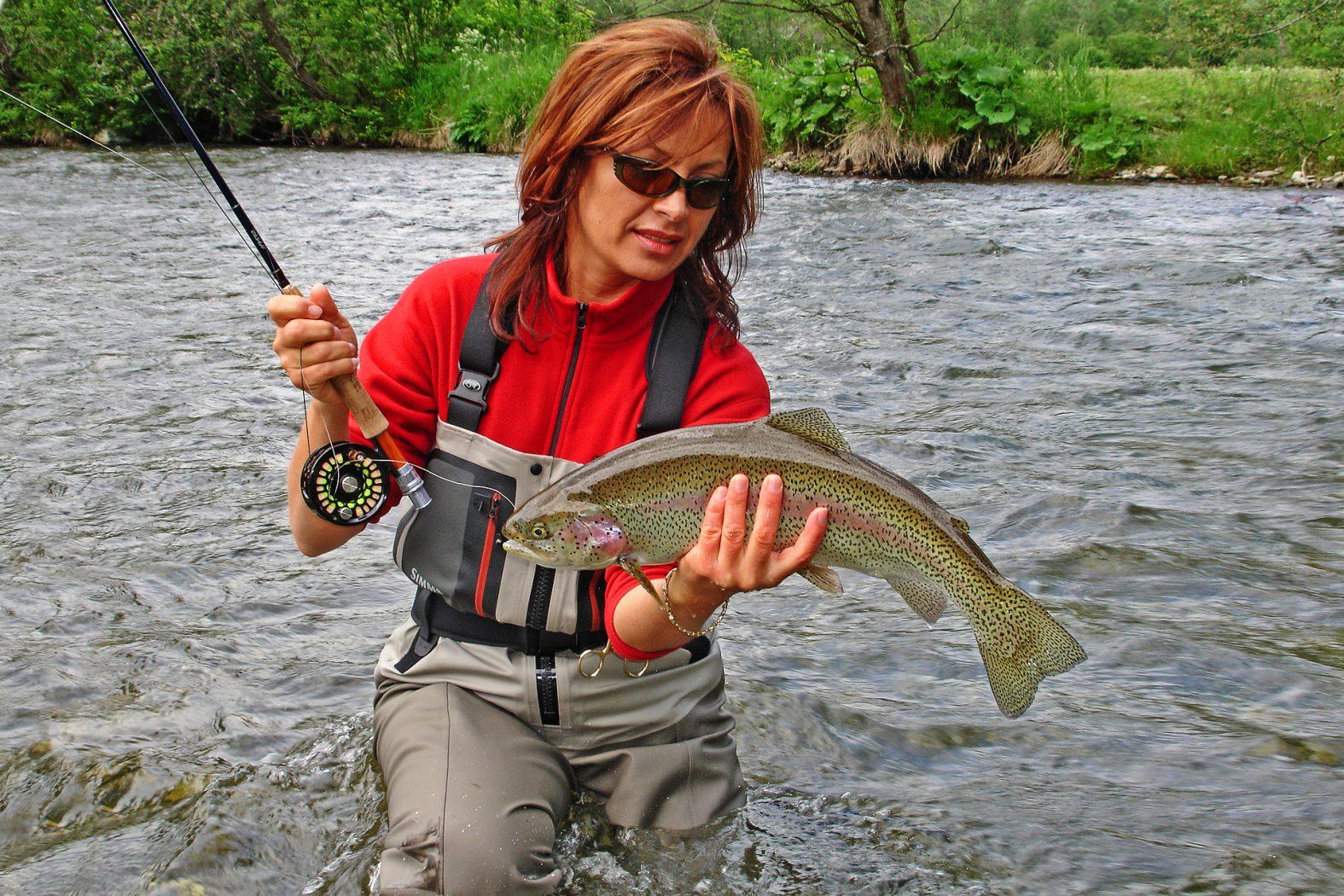 Streamer angeln auf Forelle in Flüssen