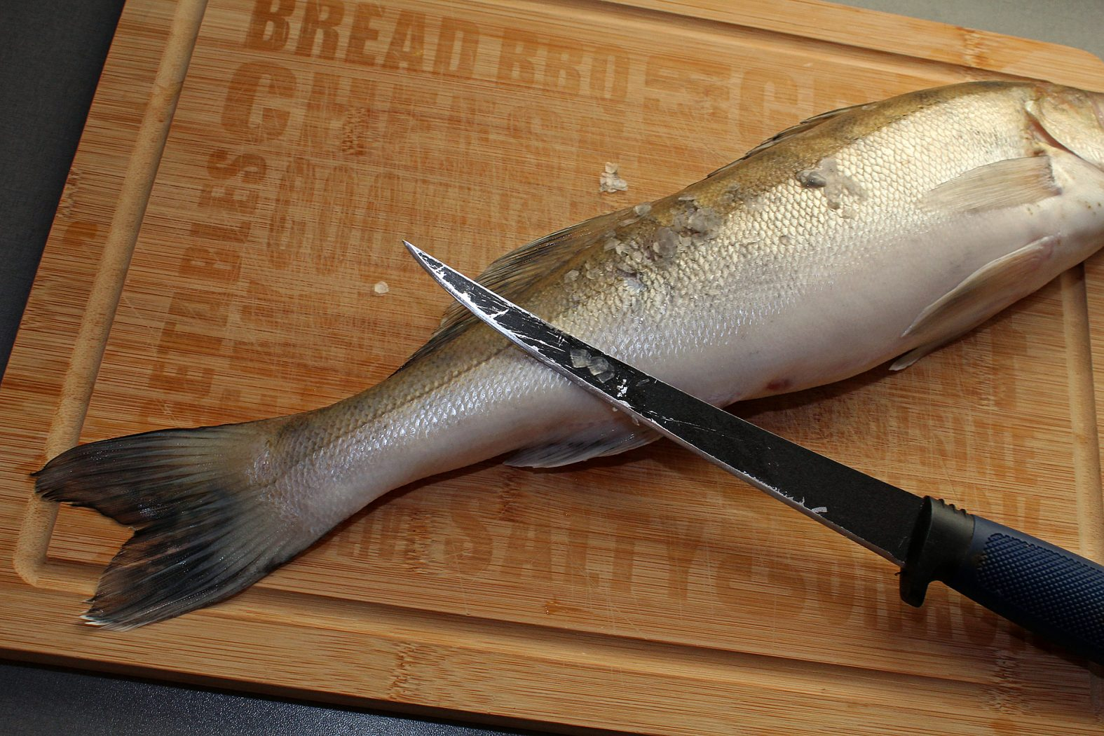 Schuppen entfernen beim Fisch
