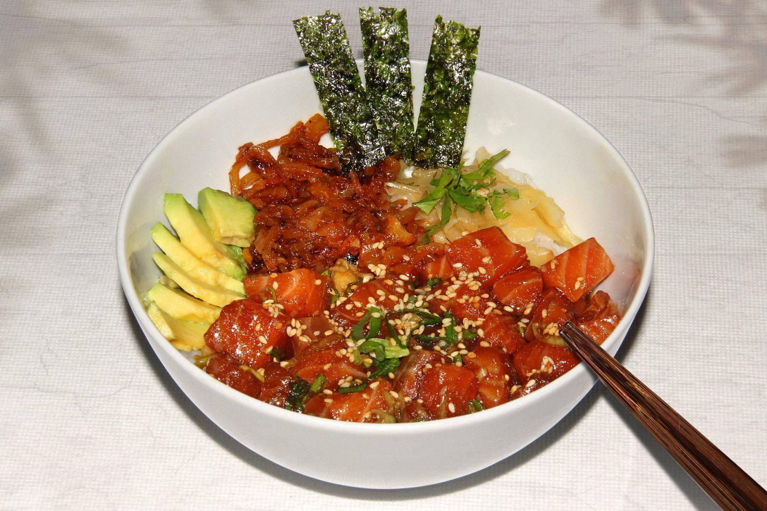 Lachs roh essen: Das Rezept für eine Poke Bowl