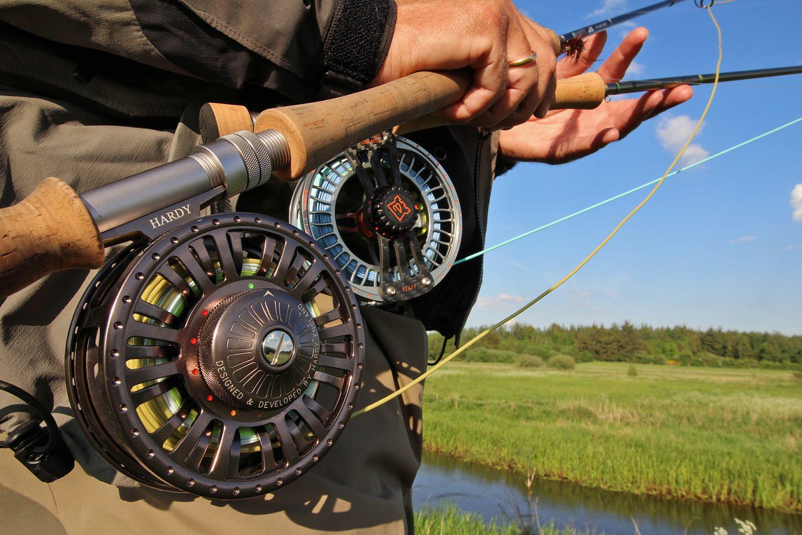 Rute und Rolle zum Fliegenfischen im Fluss