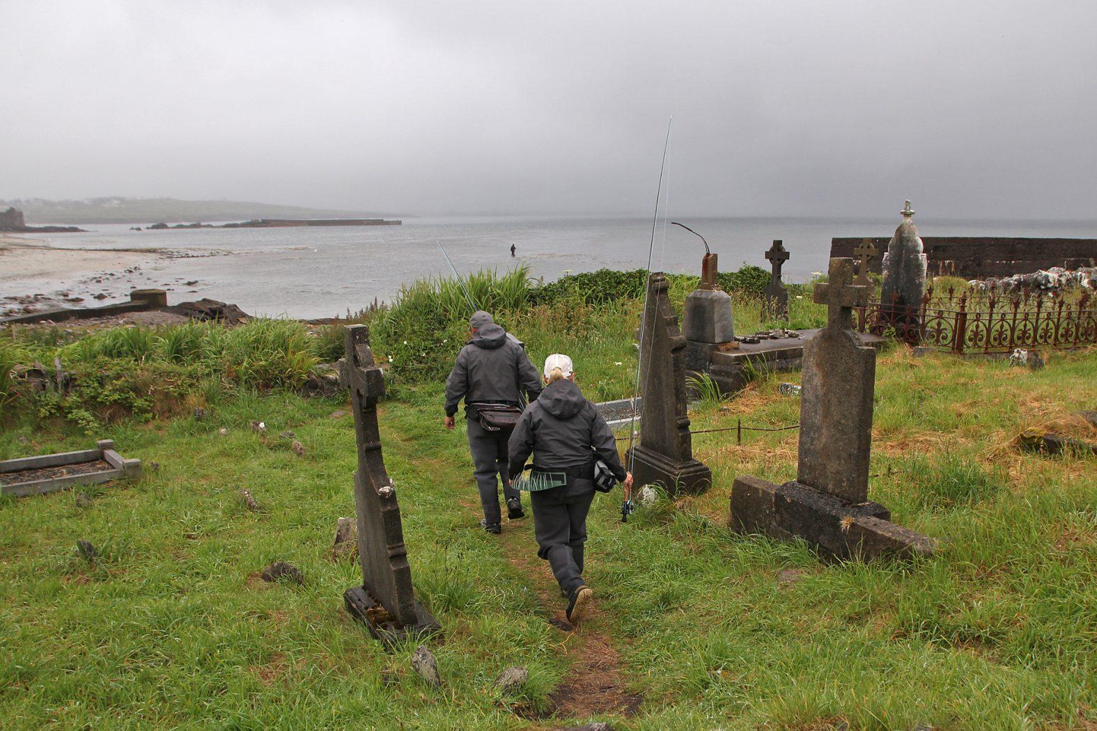 Angeln am Friedhof in Irland