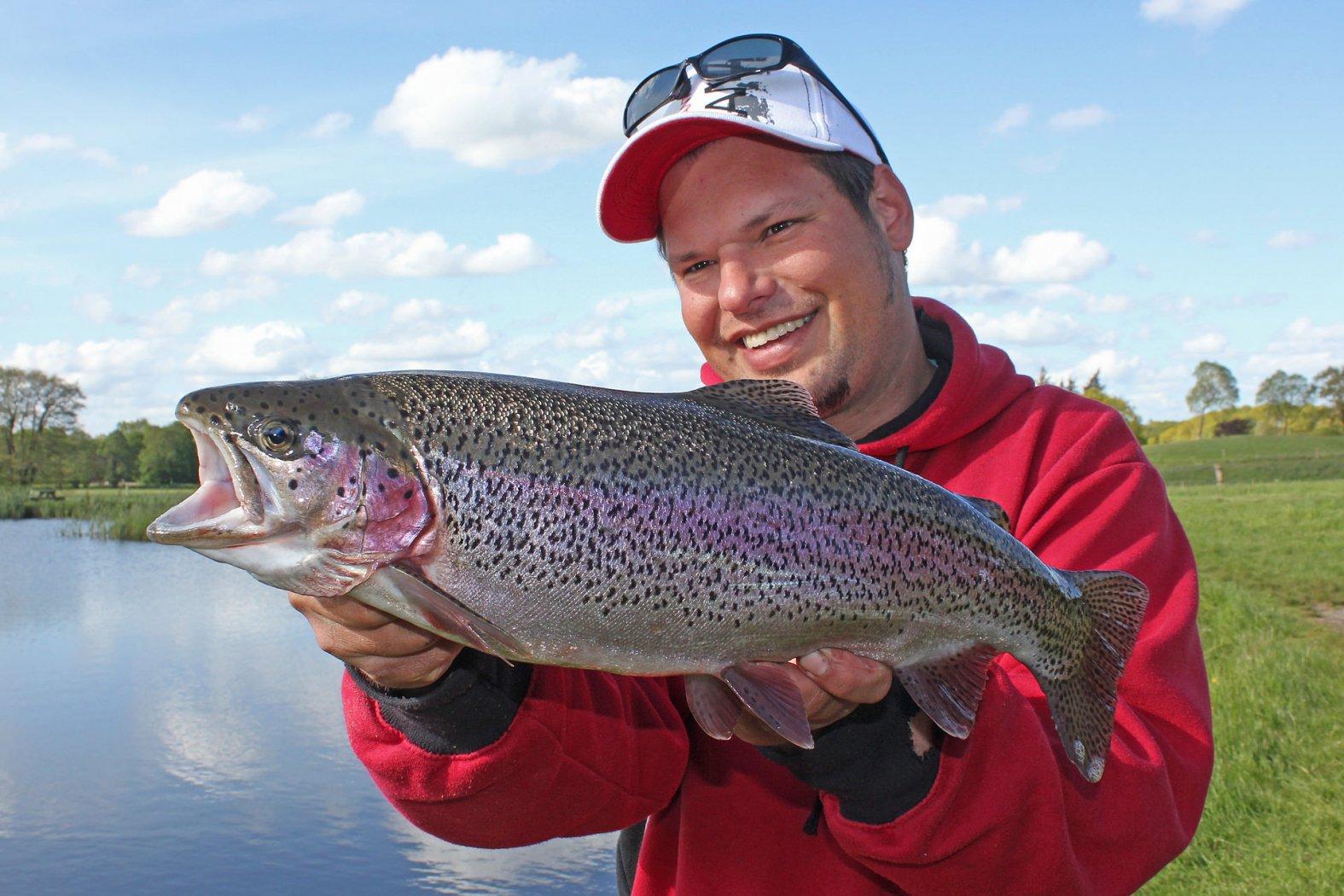 fabian frenzel mit regenbogenforelle auf trout bait