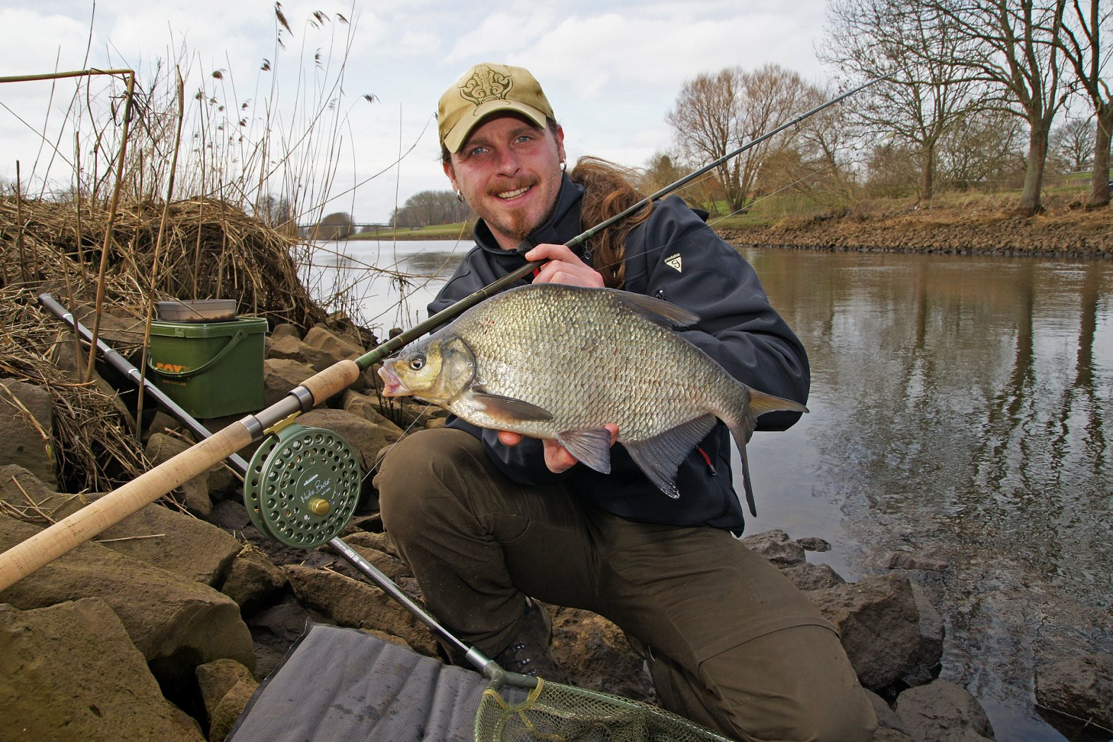Brassen angeln im Fluss mit Pose