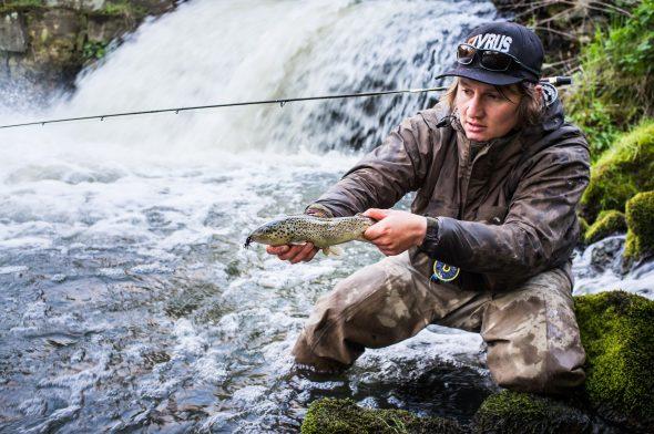 Simon Stäblein mit Bachforelle beim Fliegenfischen